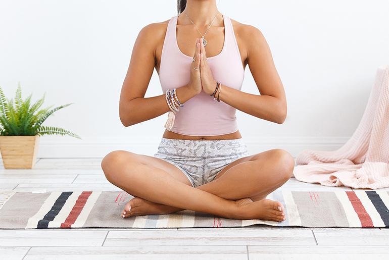 mujer meditando en el suelo